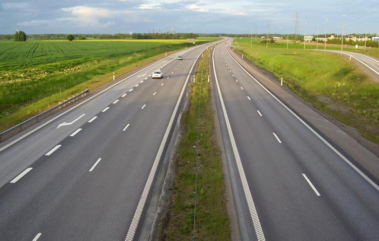 Автомобильная магистраль и машины