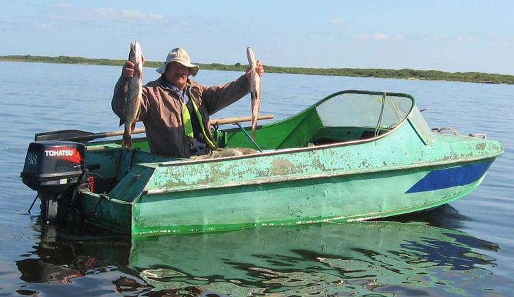 Рыбак в моторной лодке