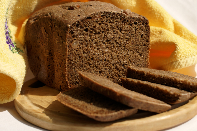 Свежий черный хлеб