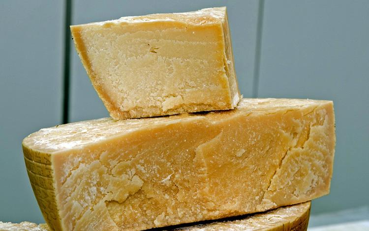 Твердый сыр Пармезан