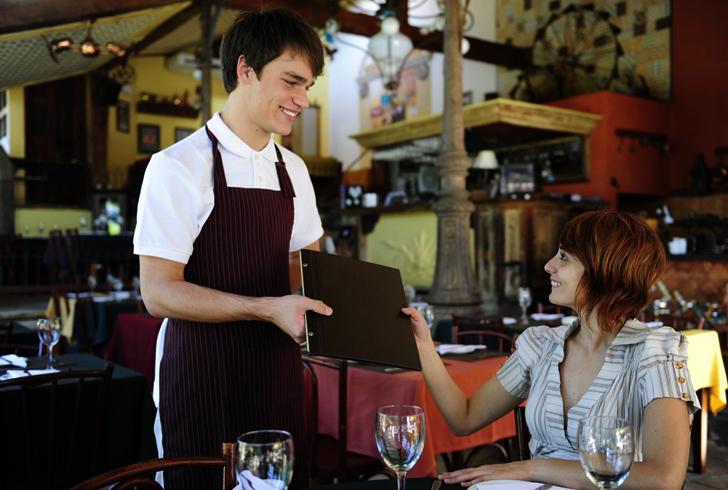 Официант в ресторане