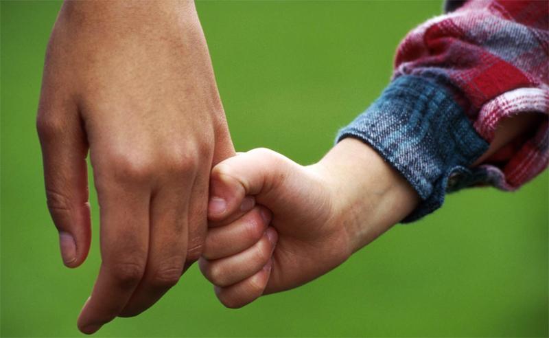 Усыновитель с ребенком