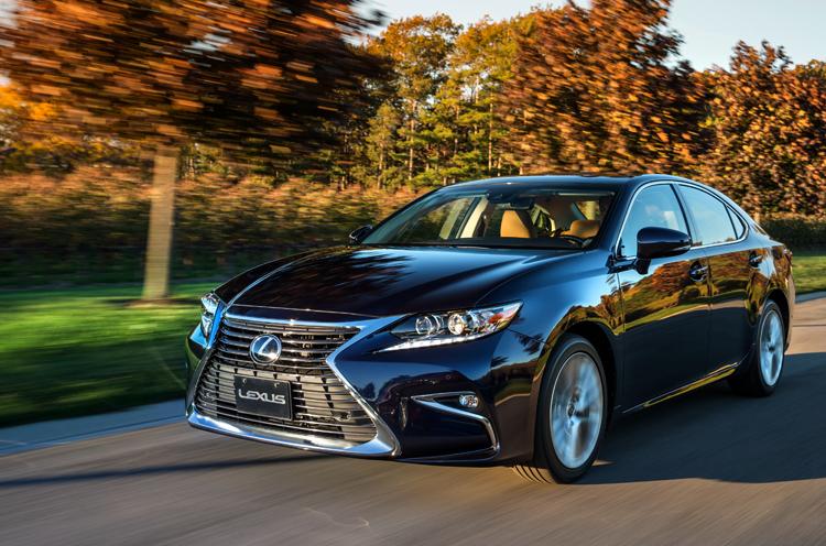 Lexus ES на дороге