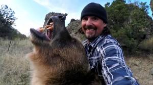 Человек с медведем гризли