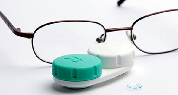 Очки вместе с линзами на столе