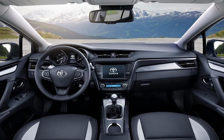 Салон Toyota Avensis