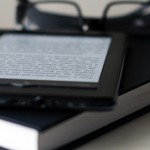 Что лучше выбрать электронную книгу или бумажную?