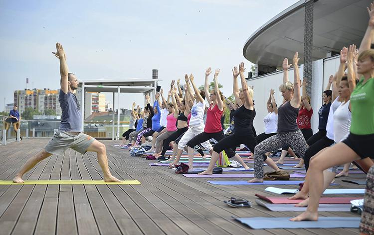 Тренер по йоге учит