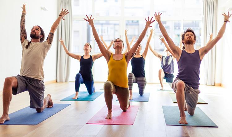 Зал для йоги и занимающиеся