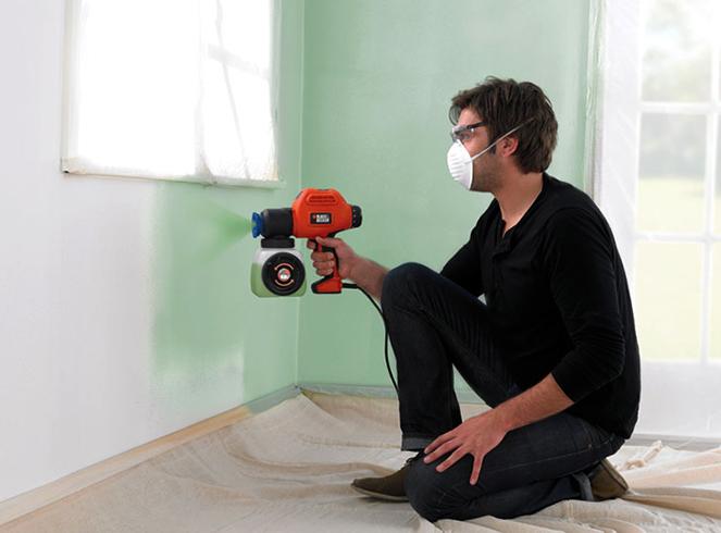 Окрашивание стены краскопультом