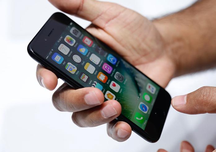 iPhone 7 в руках