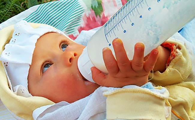 Малыш пьет смесь