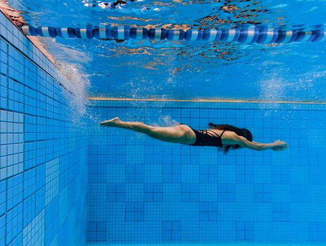 Плавание под водой в бассейне