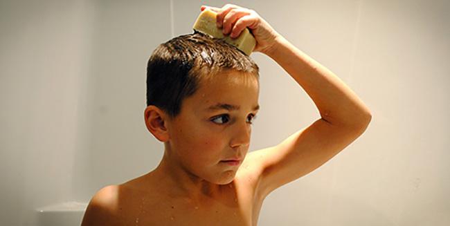 Мальчик моет голову мылом
