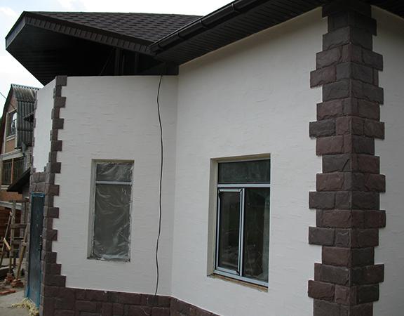 Процесс штукатурки фасада