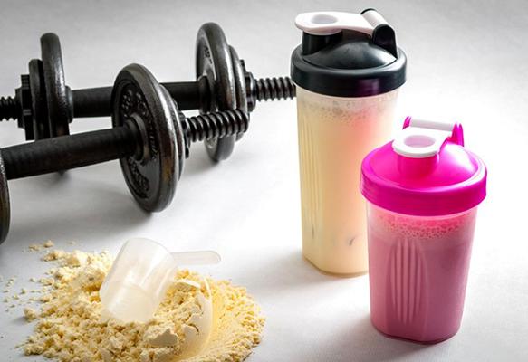 Протеин и гантели