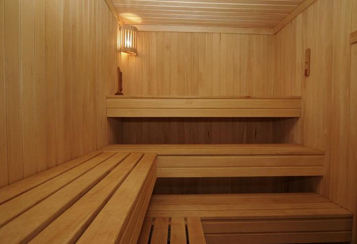 Внутри бани из сосны