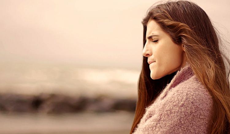 Задумчивая женщина