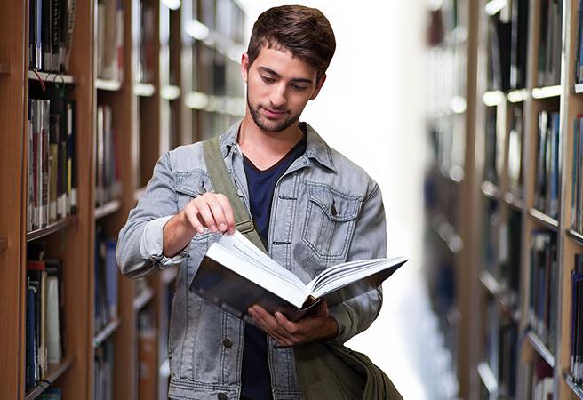 Студент на учебе