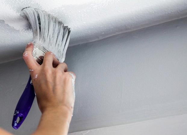Покраска потолка кистью