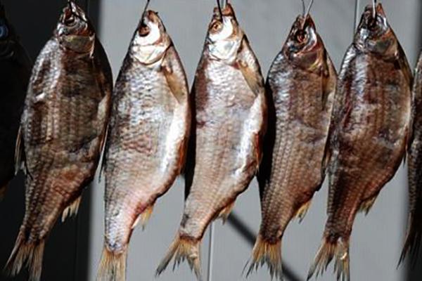 Вяленая рыба висит