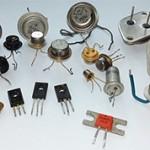 В чем разница между биполярным и полевым транзистором